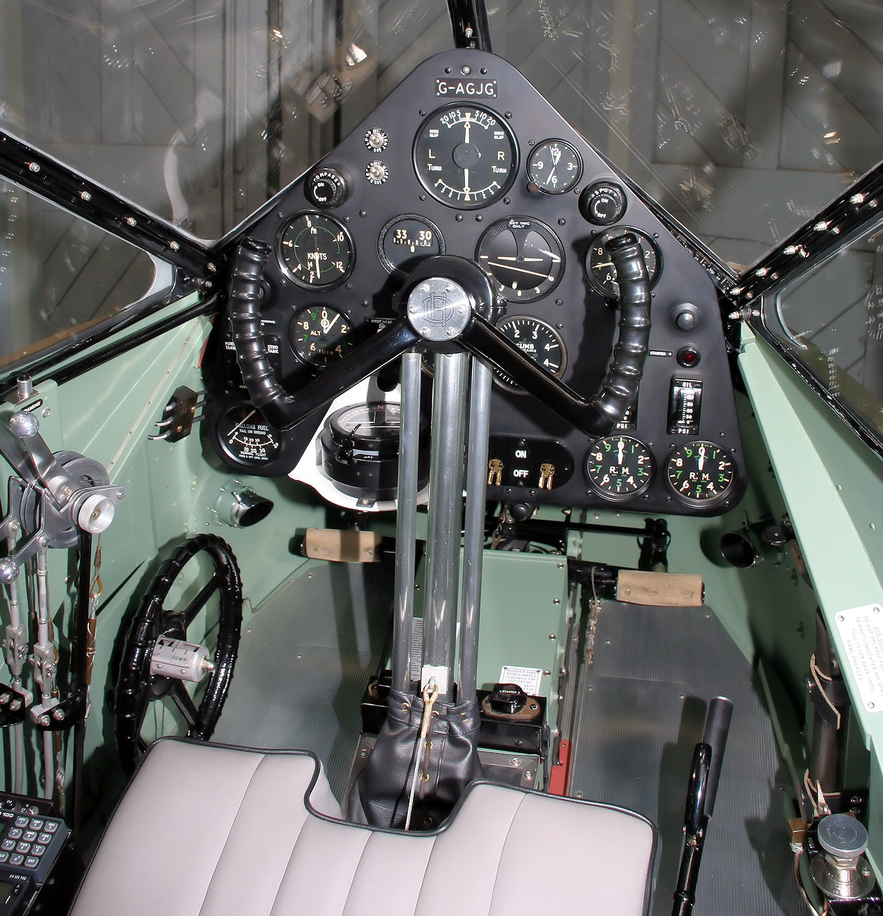 De Havilland DH 89 - Cockpit