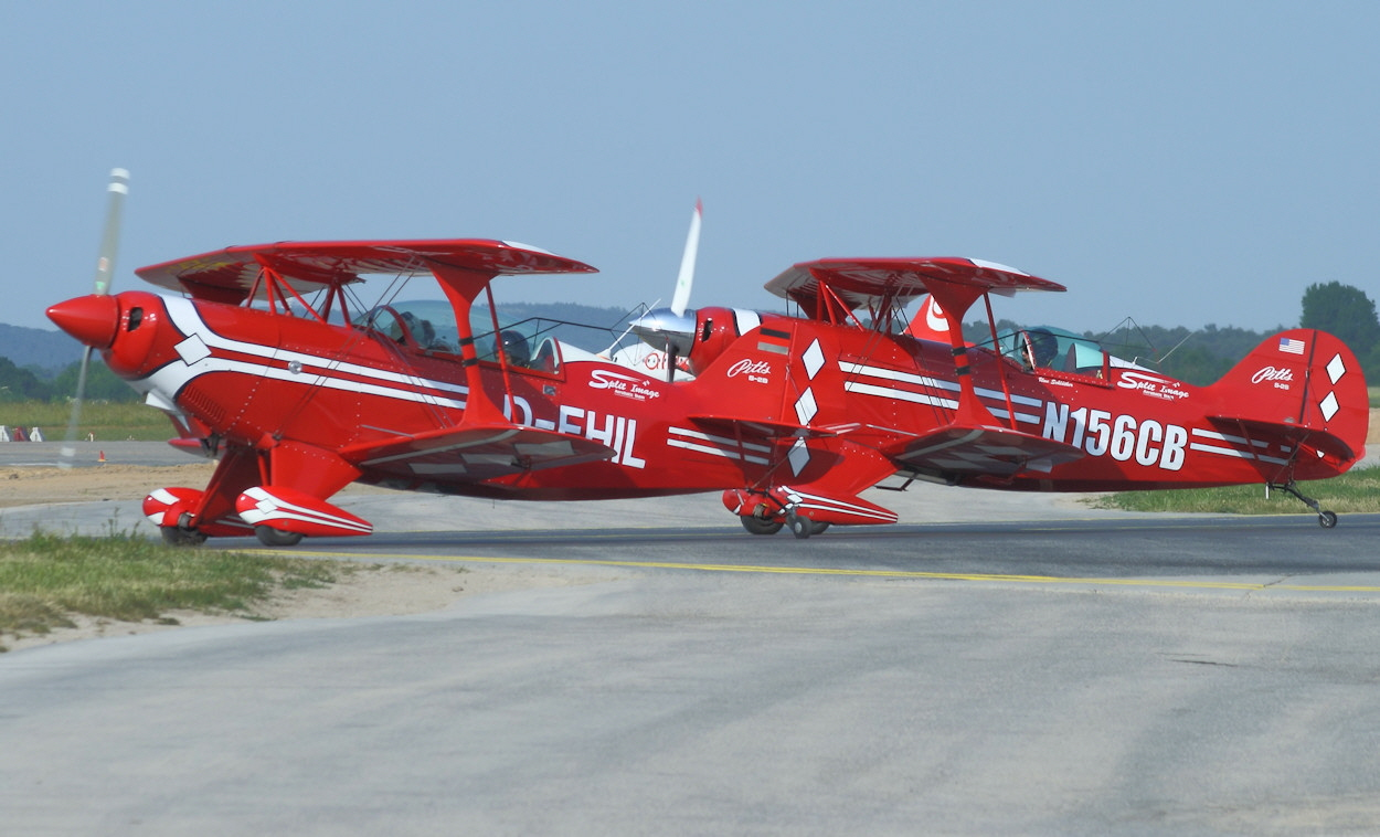 Pitts S-2S und Pitts S-2B - Rollbahn
